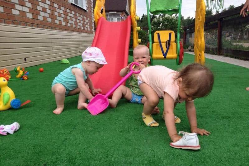Как выбрать искусственную траву для детской площадки